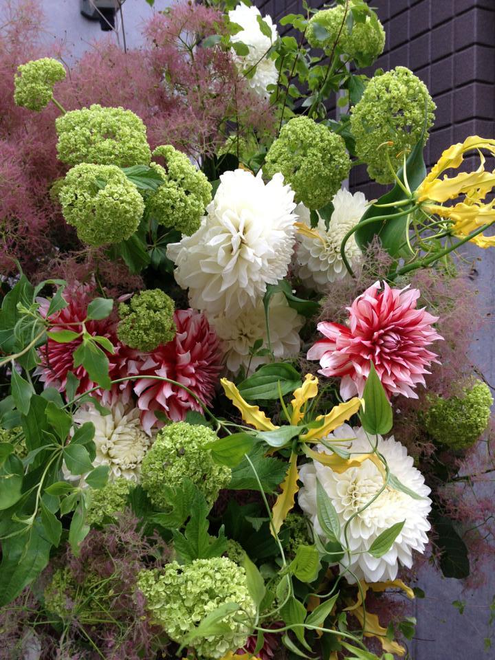 ダリアとスモークツリーのスタンド/tiltflowers