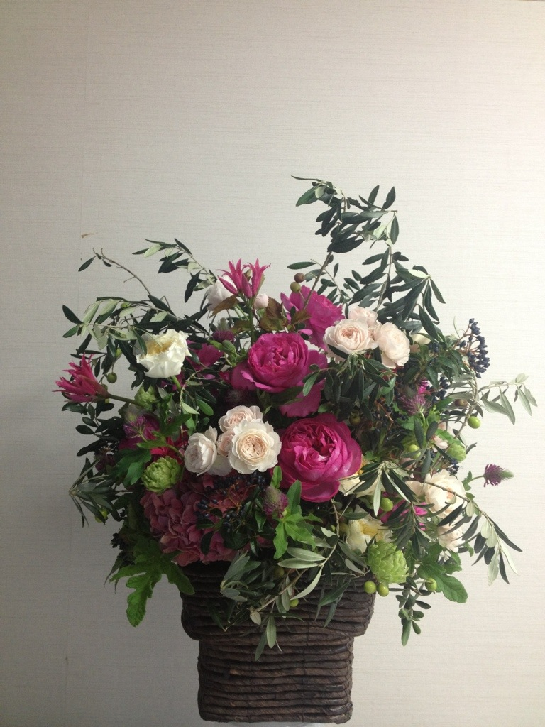フューシャピンクのバラのアレンジメント