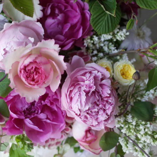 芍薬とバラのアレンジメント